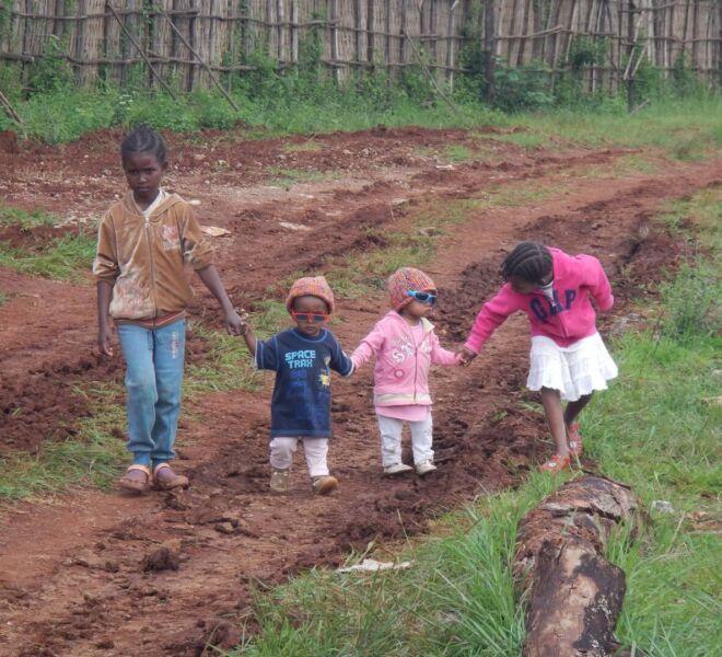 Foto 1 - DSCN2892 bambini piccoli per mano al campus